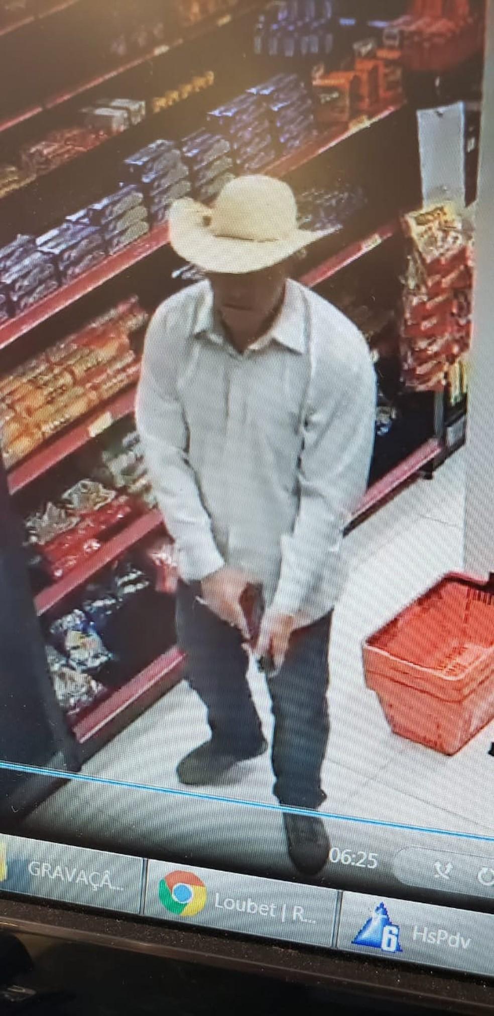 Bandido armado e com chapéu em ação criminosa em MS — Foto: Polícia Militar/Divulgação