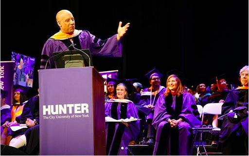 Vin Diesel recebe PhD de universidade que abandonou há 30 anos