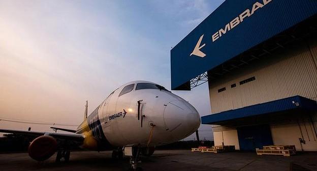 Logo da Embraer em fábrica em São José dos Campos