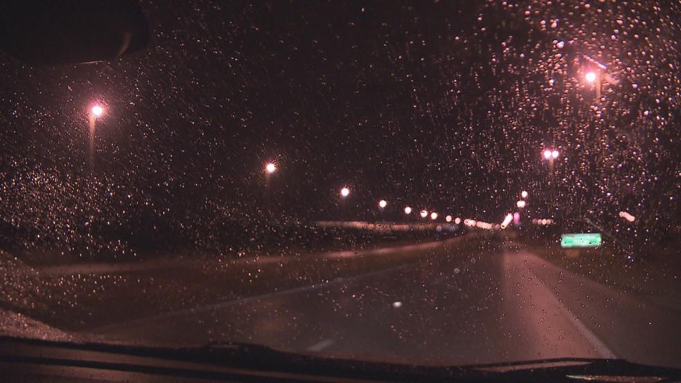 Chuva cai em janela de carro em Brasília (Foto: Reprodução/TV Globo)