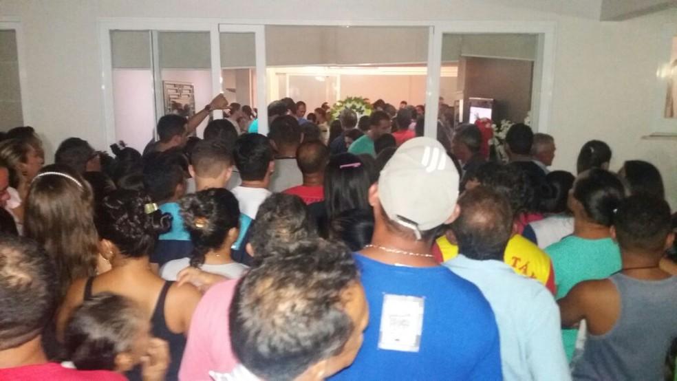 Velório do ex-prefeito de Barra do Corda acontece na casa dele, no centro de Barra do Corda. (Foto: Antônio Filho/TV Mirante)