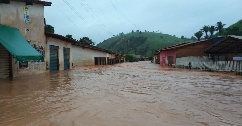 Marajá do Sena ficou alagada após forte chuva que caiu nesta sexta-feira (30) (Foto: TV Mirante)