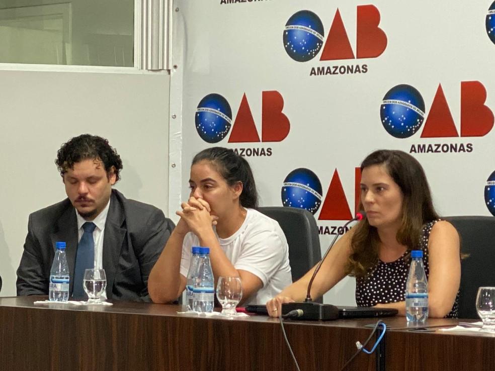 Fabíola Rodrigues, ao centro, com os advogados que representam a família durante o processo de Gustavo Sotero — Foto: Carolina Diniz