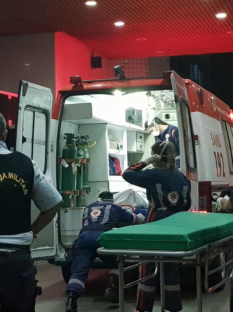 Policial foi transferido em uma ambulância do Samu para o IJF após ser baleado durante abordagem da CGD. — Foto: Rafaela Duarte/ Sistema Verdes Mares