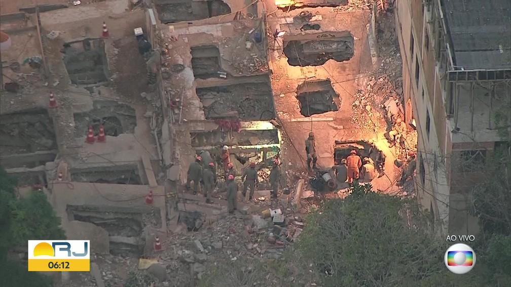 Bombeiros entram no sétimo dia de buscas por vítimas do desabamento na Muzema — Foto: Reprodução / Globocop