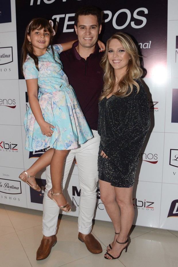 Pedro Leonardo com Thais Gebelein e Maria Sophia (Foto: Eduardo Martins/AgNews)
