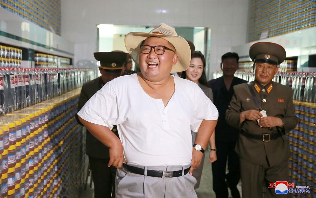 ... O líder norte-coreano Kim Jong-Un visita uma fábrica c053e278ae3