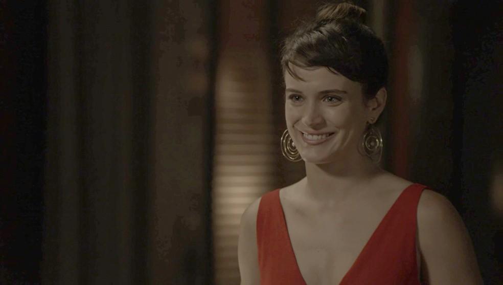 Emocionada, Clara revela a Adriana que elas são irmãs (Foto: TV Globo)