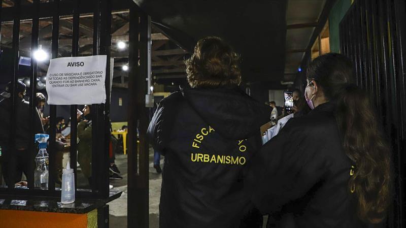 Covid: Fiscalização encerra duas festas clandestinas e aplica R$ 510 mil em multas, em Curitiba