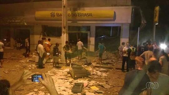 Criminosos explodem banco e fazem reféns em Santa Terezinha de Goiás