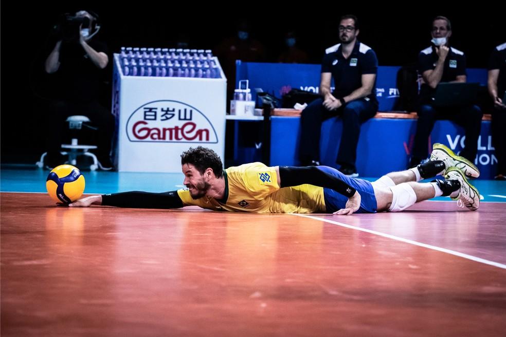 Bruninho salva a bola ao se esticar todo em quadra — Foto: Divulgação