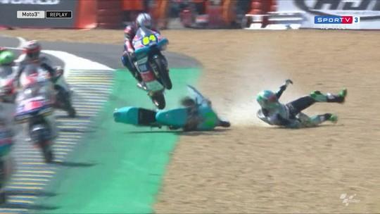 MotoGP ou Motocross? Piloto realiza salto incrível sobre rival em Le Mans
