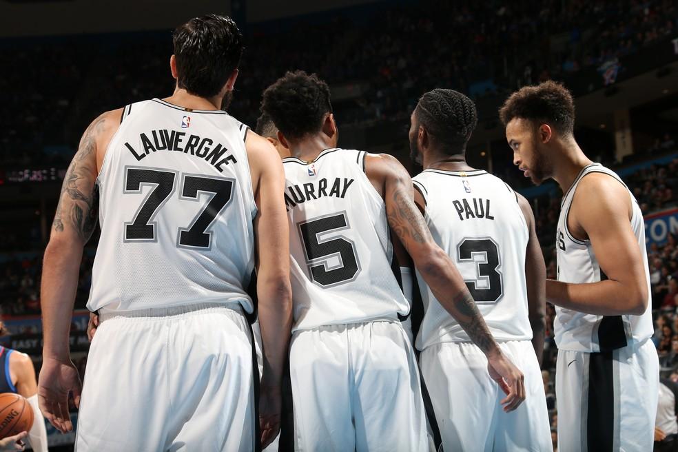 Time reserva dos Spurs em ação neste domingo (Foto: Layne Murdoch Jr./NBAE via Getty Images)