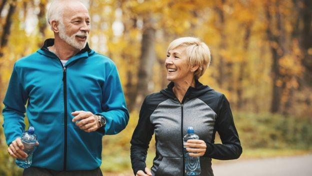 Os hábitos saudáveis são chave para uma boa velhice (Foto: Getty Images via BBC News Brasil)