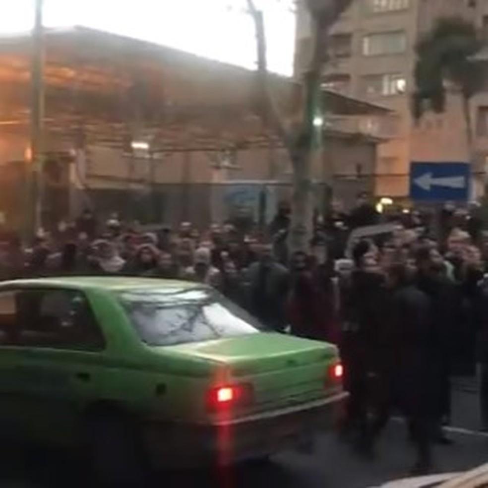Imagem de redes sociais do dia mostra iranianos em ato contra líderes do país por terem mentido sobre queda de avião, em 11 de janeiro de 2020 — Foto: Reprodução/Twitter