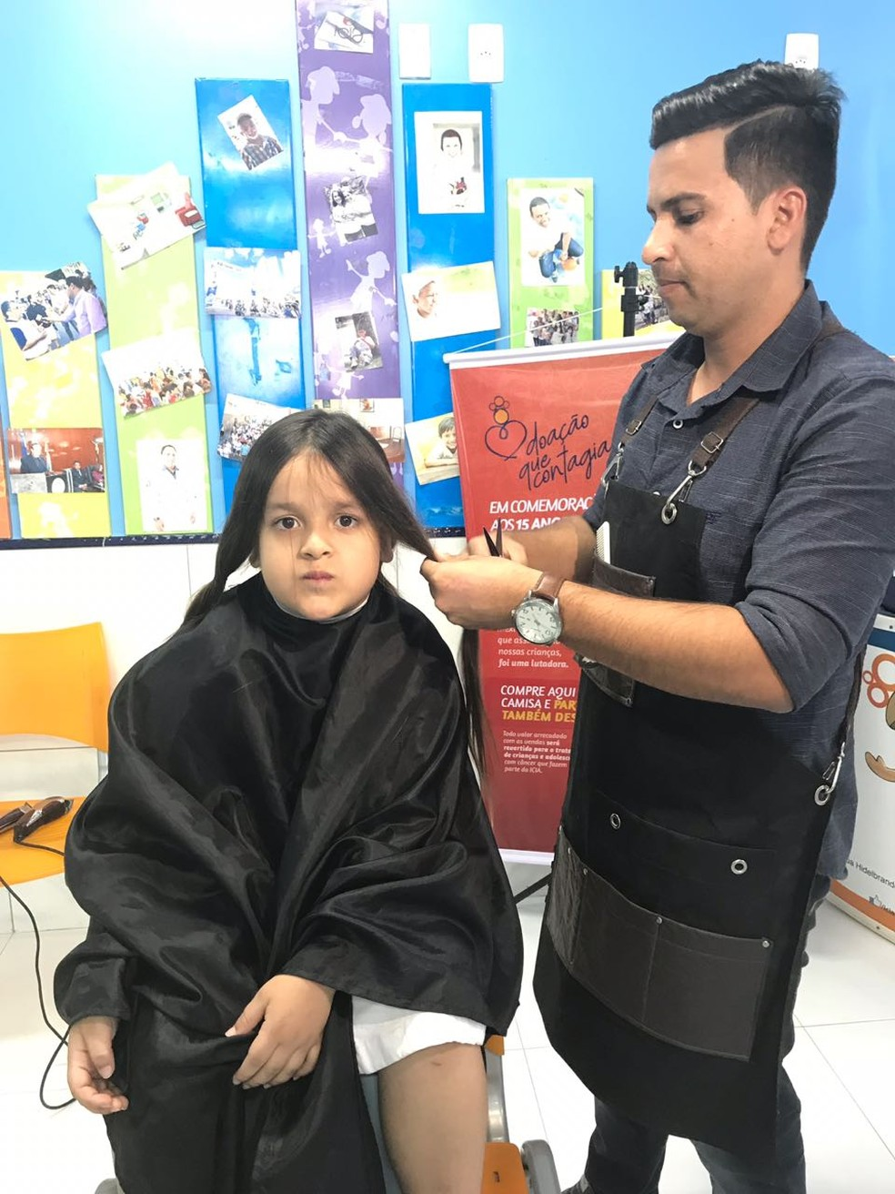 Davi cortando o cabelo no ICIA (Foto: Hayale Guimarães/G1)