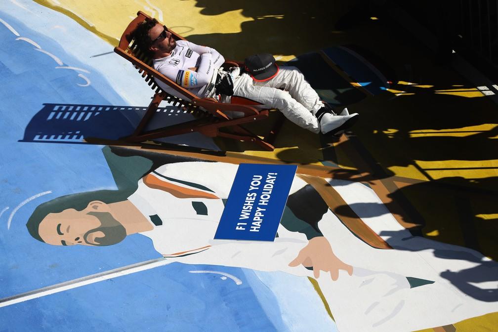 Fernando Alonso deseja boas férias aos fãs da F1 (Foto: Getty Images)