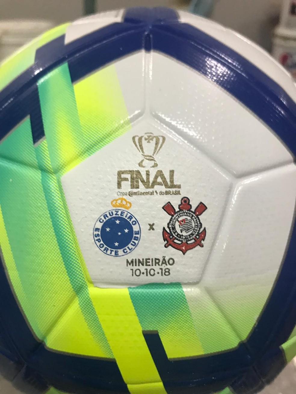 Detalhe da bola que será utilizada na final da Copa do Brasil — Foto: GloboEsporte.com