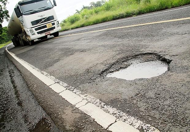 Buraco em rodovia ; estradas ; pavimentação ; Dnit ; transporte ;  (Foto: Reprodução/Facebook)