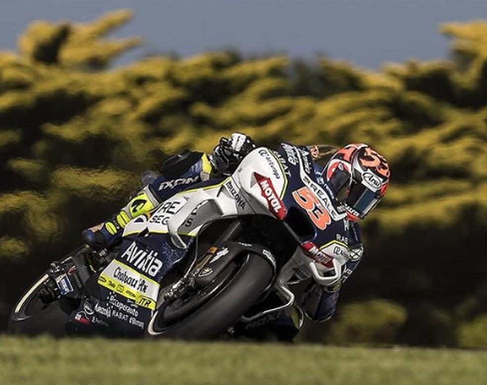 Tito Rabat em ação na Austrália: lesão nos tendões da mão direita, logo a que mais trabalha na pilotagem de motos... — Foto: Internet