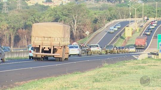 Motorista enfrenta filas em pista para acessar a Rodovia Antônio Machado Sant'Anna