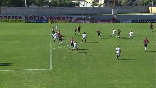 Léo Gomes pega rebote, chuta e Carlos Eduardo espalma para escanteio, aos 12' do 1º Tempo
