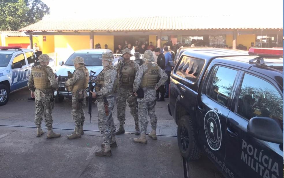 Policiais concentrados em Cocalzinho de Goiás para retomar buscas pelo ssuspeito — Foto: Vitor Santana/G1