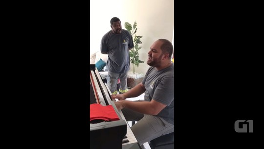 Instaladores de internet emocionam ao tocar piano em casa de cliente no Paraná; assista