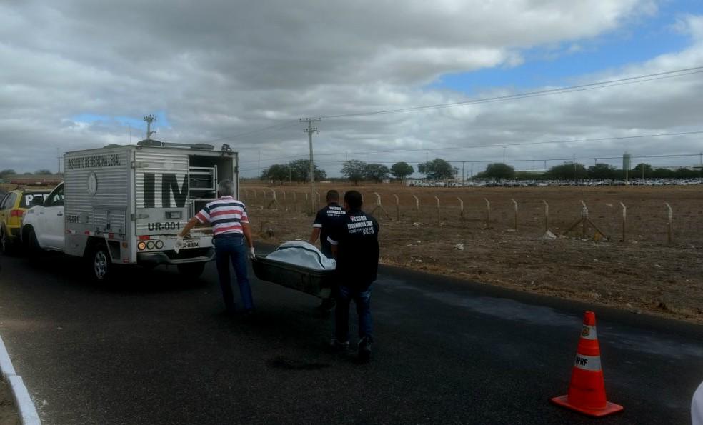 O corpo da mulher foi levado para o IML de Petrolina (Foto: Amanda Franco / TV Grande Rio)