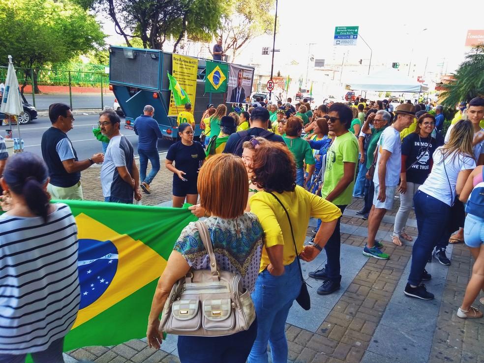 NATAL, 15h25: Manifestantes se preparam para sair em caminhada — Foto: Acson Freitas/Inter TV Cabugi