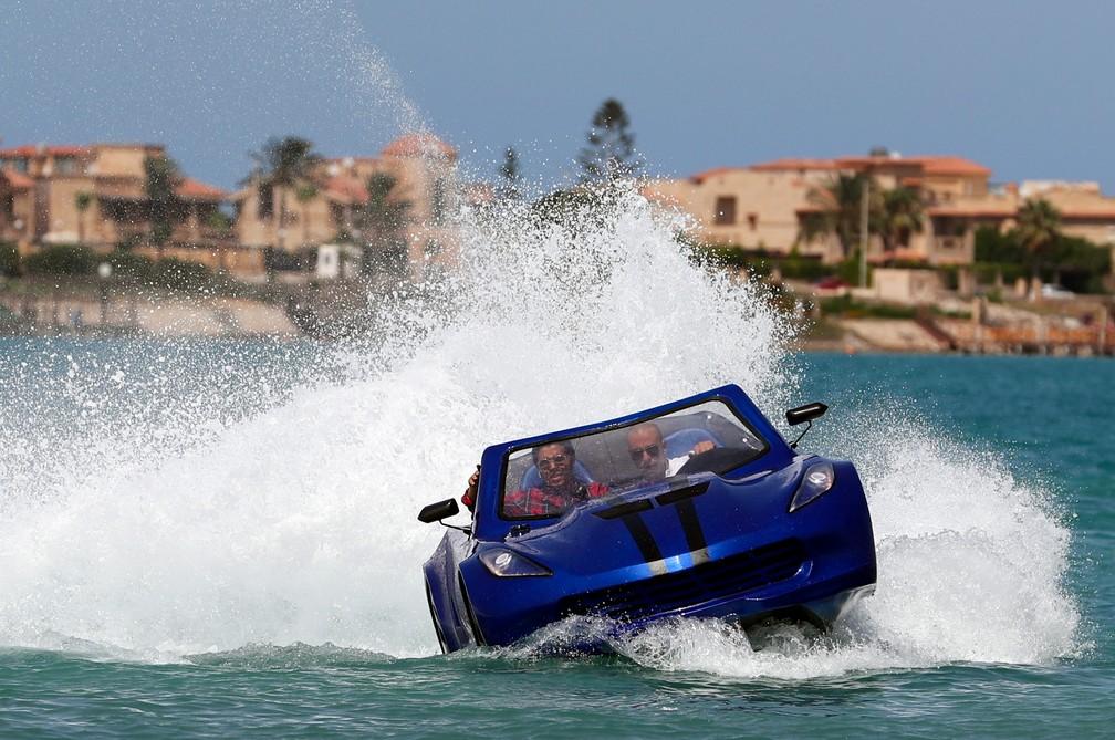 Lancha que parece carro navega em Alexandria, no Egito. — Foto: Mohamed Abd El Ghany / Reuters