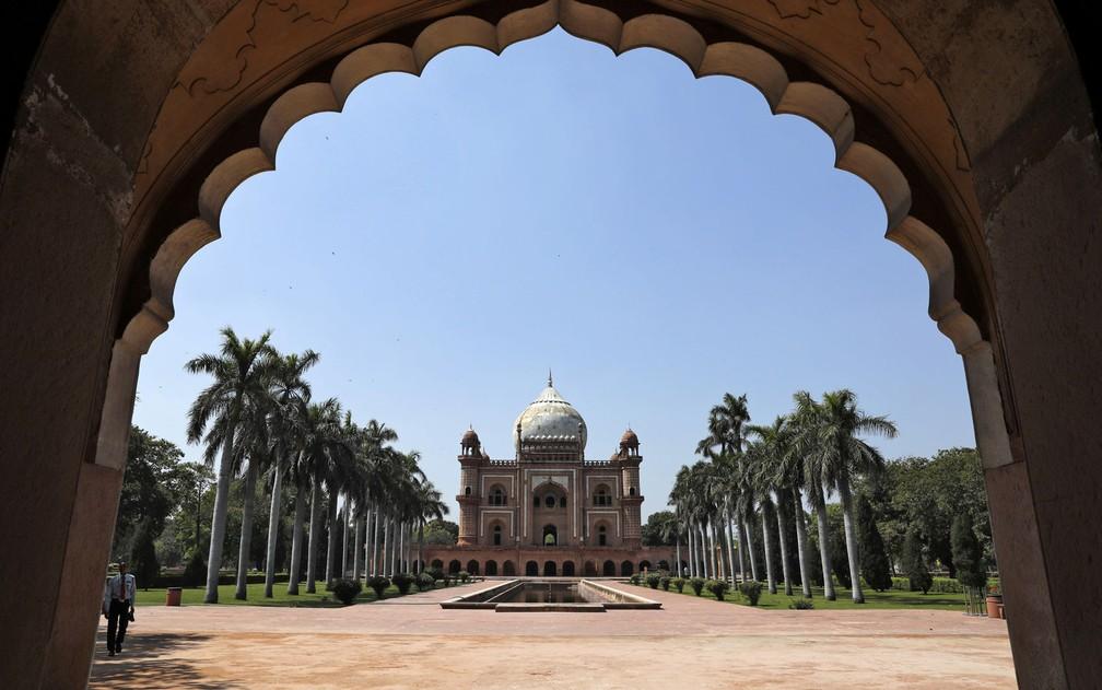 O túmulo de Safdarjung, em Delhi, na Índia, onde o governo limitou grandes encontros de pessoas  — Foto: Reuters/Adnan Abi