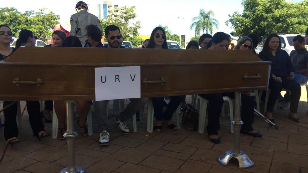 Servidores levam caixão para protesto em frente ao fórum de Palmas — Foto: Divulgação