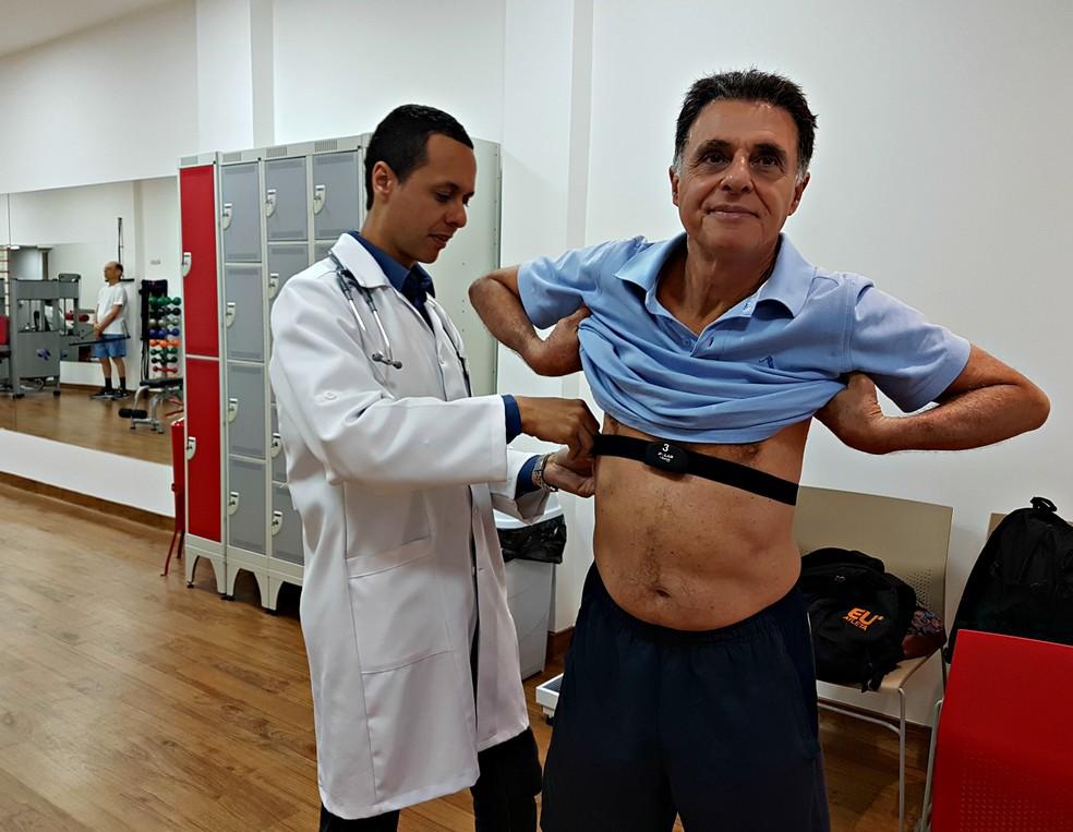 Paciente passa por uma série de exames com o doutor Mauro dos Santos antes de iniciar os exercícios que são todos monitorados (Foto: Renata Domingues)