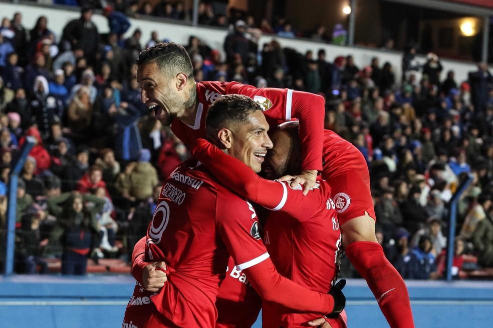 Guerrero é abraçado por companheiros do Inter com gol no fim sobre o Nacional — Foto: RICARDO BARCELLOS/PHOTOPRESS/ESTADÃO CONTEÚDO