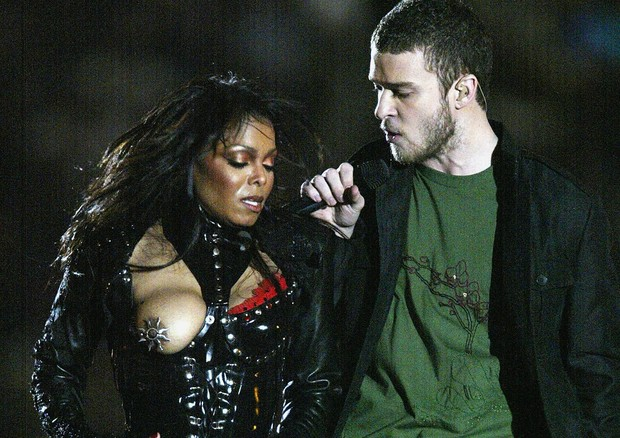 HOUSTON, TX - FEBRUARY 1:  Justin Timberlake performs with Janet Jackson during the halftime show at Super Bowl XXXVIII between the New England Patriots and the Carolina Panthers at Reliant Stadium on February 1, 2004 in Houston, Texas. (Photo by Donald M (Foto: Getty Images)