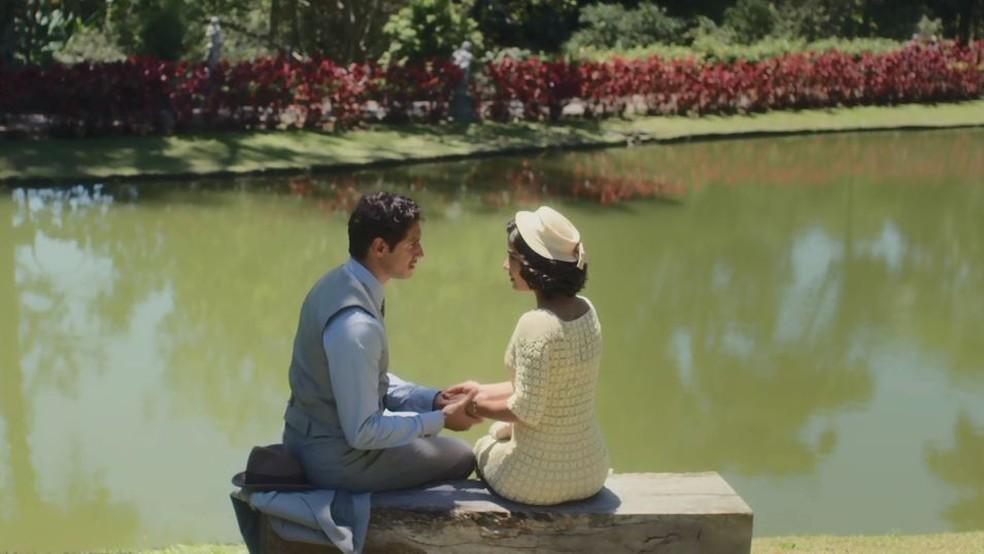 Felício (Paulo Rocha) se declara para Isabel (Giullia Buscacio) em 'Éramos Seis' — Foto: Globo