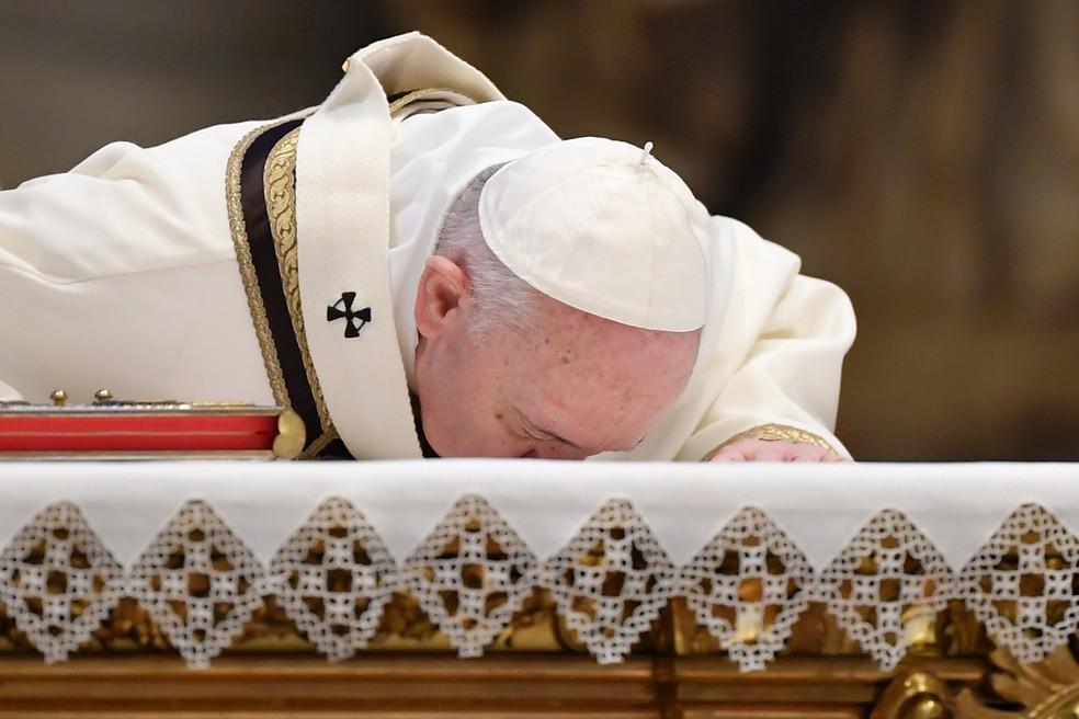 Papa Francisco beija o altar no início da missa do Domingo de Páscoa na Basílica de São Pedro, no Vaticano — Foto: Andreas Solaro / AFP Photo