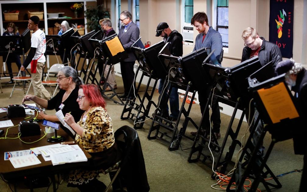 Eleitores votam na Igreja Presbiteriana Glen Echo, em Columbus, Ohio, na terça-feira (6) — Foto: AP Photo/John Minchillo