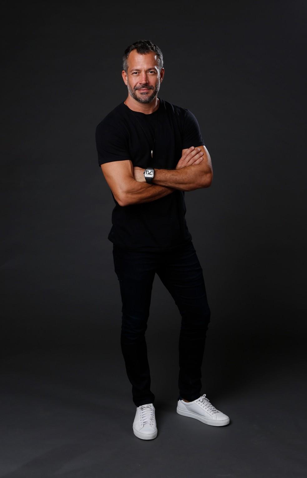 Conforto é tudo! Malvino Salvador usa look preto com tênis branco no lançamento da novela — Foto: Fabiano Battaglin/Gshow