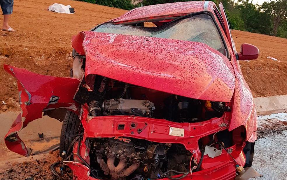 Motorista perdeu controle do carro e bateu na lateral de caminhão (Foto: Divulgação/PRF)