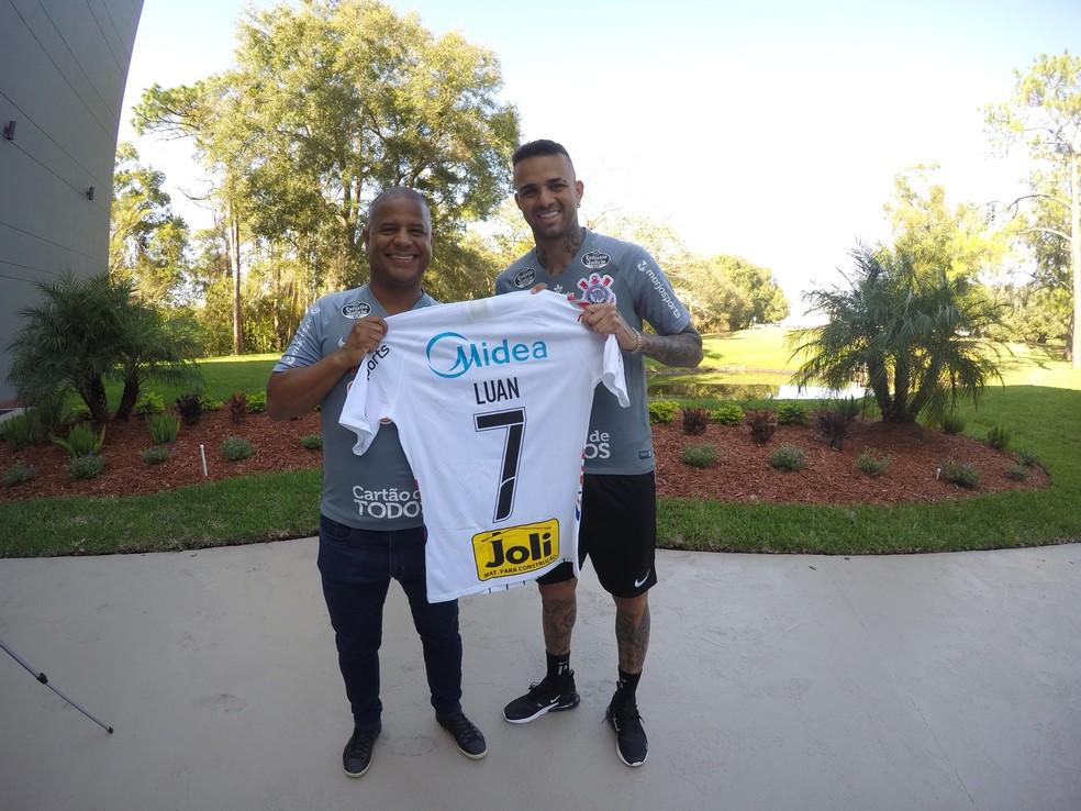 Marcelinho Carioca entrega camisa 7 a Luan — Foto: Agência Corinthians