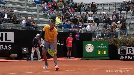 Kyrgios saca por baixo contra Medvedev no primeiro ponto do jogo no Masters 1000 de Roma