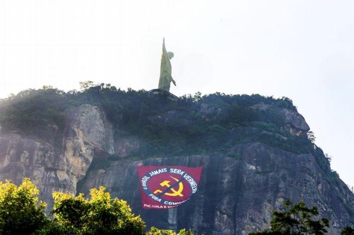 O bandeirão no Morro do Corcovado