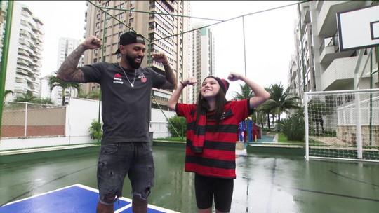"""Em sintonia com a torcida do Flamengo, Gabigol faz surpresa para a """"Princesa Rubro-Negra"""""""