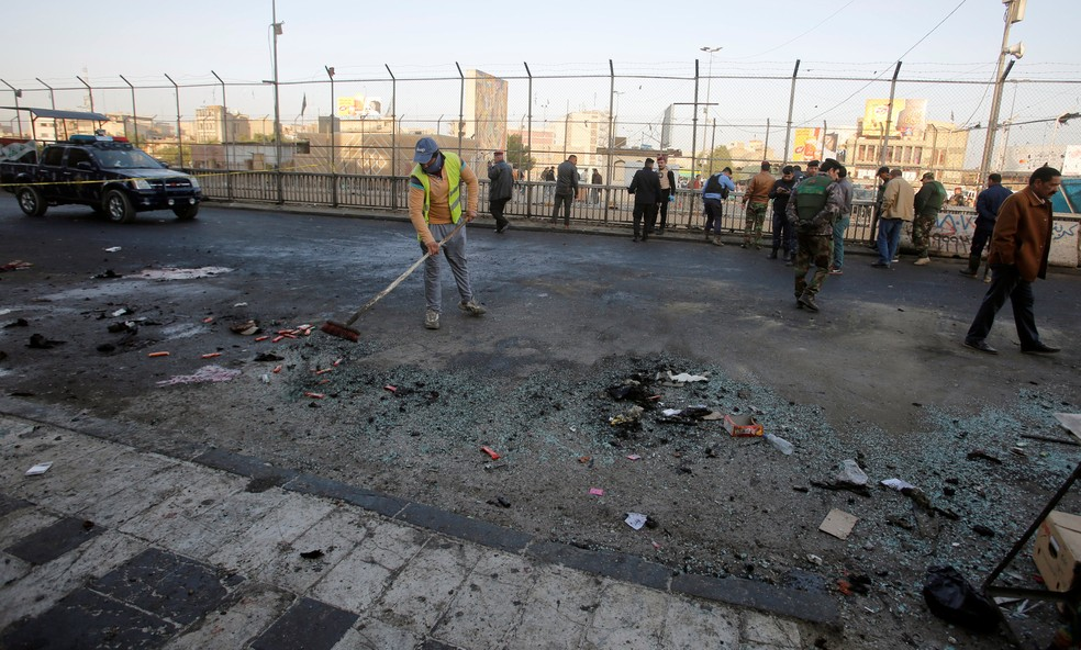 Forças de segurança do Iraque inspecionam local onde um duplo ataque suicida deixou mortos no centro de Bagdá, no Iraqueite of a bomb attack in Baghdad, Iraq January 15, 2018 (Foto: Khalid al Mousily/Reuters)