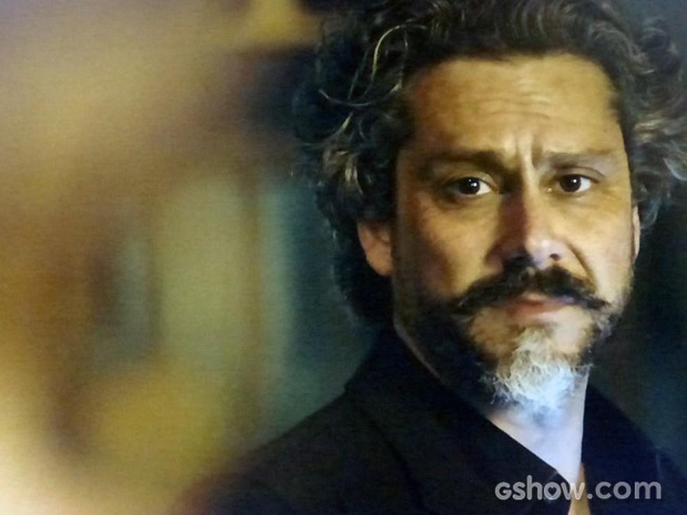 Em 'Império', José Alfredo (Alexandre Nero) encontra Cristina (Leandra Leal) — Foto: Globo