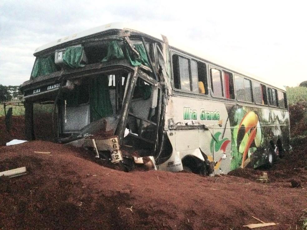 Ônibus parou em um barranco — Foto: Silvio Alves/RPC
