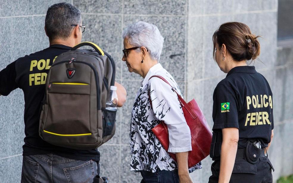 Marice Correa, cunhada do ex-tesoureiro PT João Vaccari Neto, é conduzida por policiais federais em SP — Foto: Marcelo Gonçalves/Sigmapress/Estadão Conteúdo