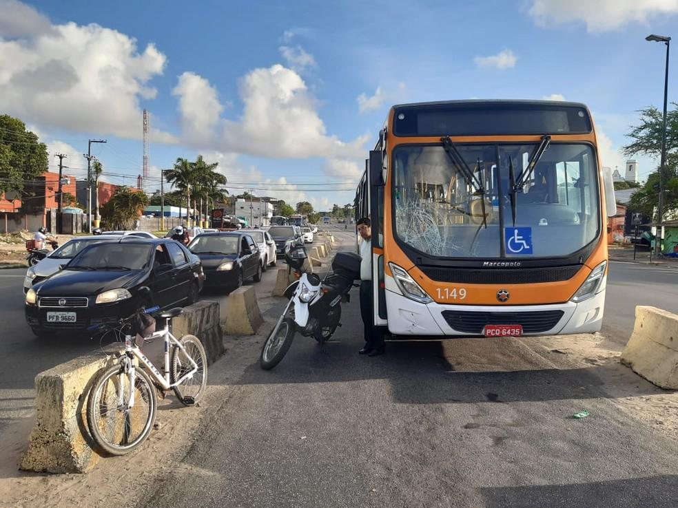 Acidente envolvendo ônibus e bicicleta aconteceu na manhã desta sexta-feira (7), em Olinda — Foto: Ezequiel Quirino/TV Globo